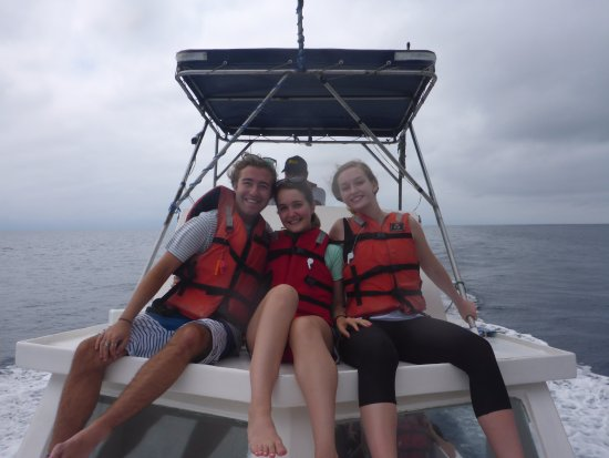 Puerto Lopez, Ekwador: We were taken up to the top section of the boat to better enjoy views of the whales and island.
