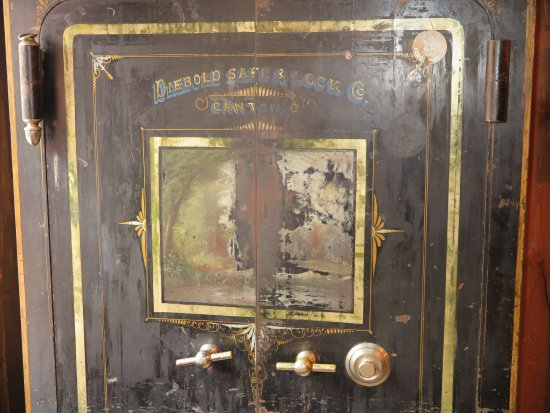 Saloon #10 American Whiskey Bar : Old safe next to table