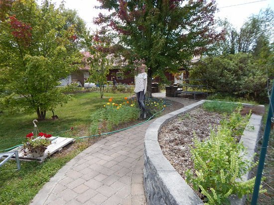 Middletown, VA: flower garden outside the main building