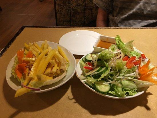 Truro, Canadá: Mango salad and garden salad