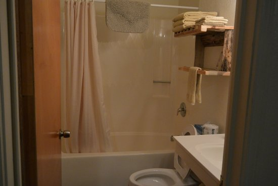 Mountain View Lodge & Cabins: The bathroom was nice but had a loud exhaust fan.