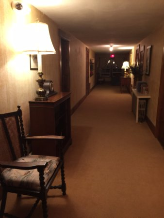Sutton, Nueva Hampshire: One of the hallways where suites are located