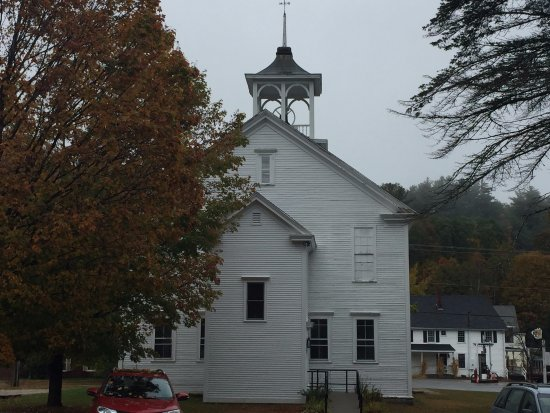 Sutton, นิวแฮมป์เชียร์: Church across from the Inn. Bell rings once at predetermined hours. Can't hear in rooms, though.