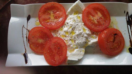 Montone, Italy: Fresh cheese with tomatoes
