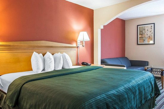 Centerville, TN: King guest room