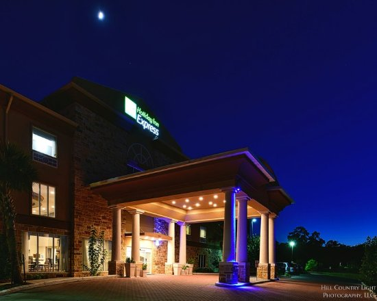 Holiday Inn Express & Suites Fredericksburg: Hotel Exterior