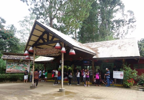 Davao City, Philippines: The reception area. We were early so the people waiting for their turn was still manageable.