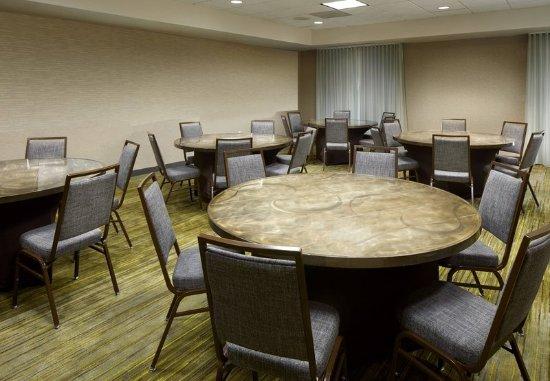 Courtyard Edison Woodbridge: Woodbridge Meeting Room - Banquet Setup