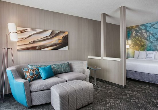 Pontiac, MI: King Larger Guest Room - Living Area