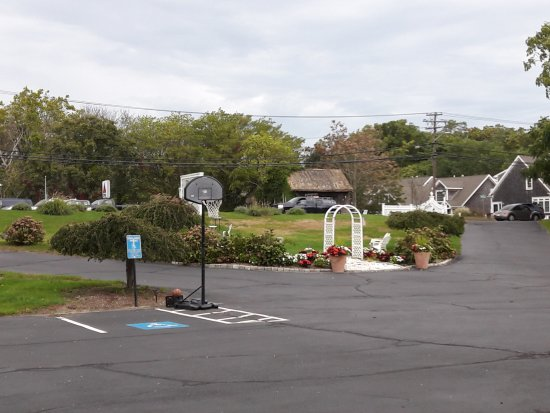 Olde Tavern Motel & Inn: Grounds in front of motel