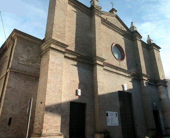 Colorno - Il duomo di Santa Margherita, la cui facciata è purtroppo sacrificata in una stretta v