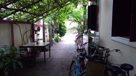 Manichan Guesthouse: Partie ombragée de la cour