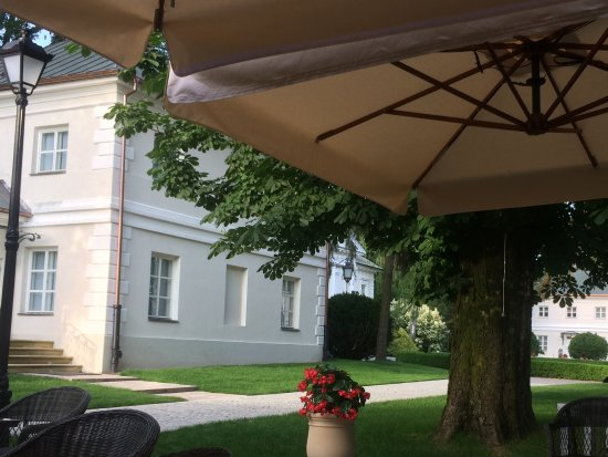 Grojec, Polonia: View from restaurant. Rooms housed in seperate stylish buildings in the gardens.