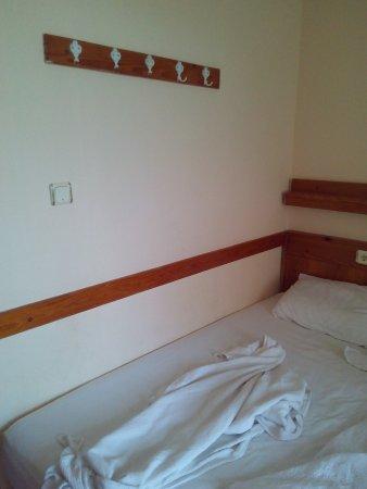 Britannia Hotel: Вешалка над кроватью с оторванными крючками