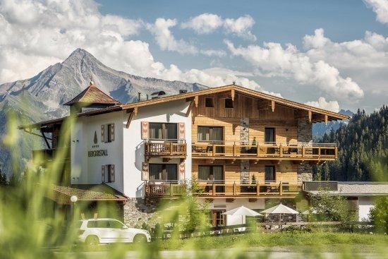 Hippach, Austria: Aussenansicht Hotel Bergkristall im Hintergrund unser Hausberg Ahornspitze