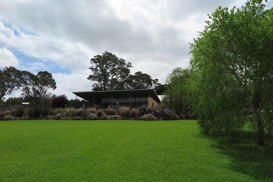 Cowaramup, أستراليا: Lawn looking back to the restaurant