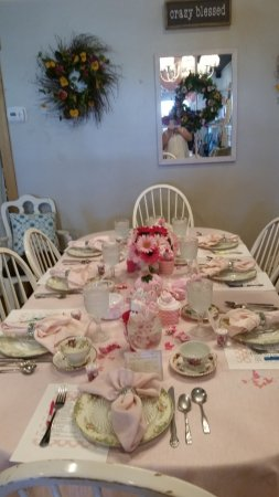 Juno Beach, FL: Oval Table with Pink Linens for our Baby Shower
