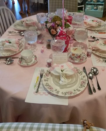 Juno Beach, FL: Round Table with Pink & White Linens