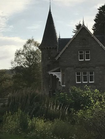 Newtonmore, UK: The very eye catching Gatelodge to The Ardverikie Estate