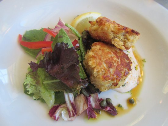 Georgetown, Canadá: Crab cake with side salad on appetizer menu but enough for a meal. Delicious