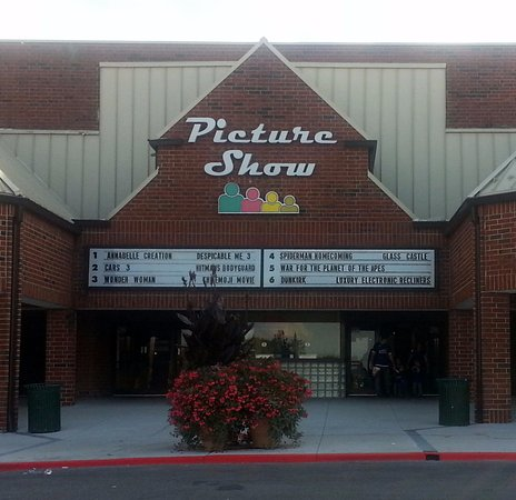 Bloomingdale, IL: front of & entrance to Picture Show