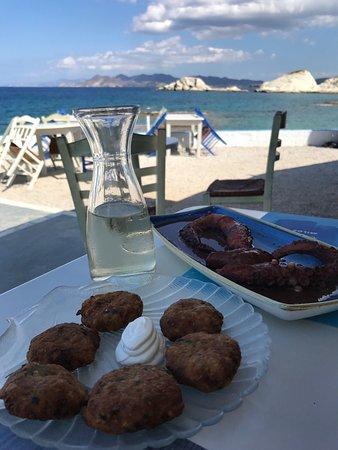 Mandrakia, Greece: pulpo en vinagre y bolas de calabacín