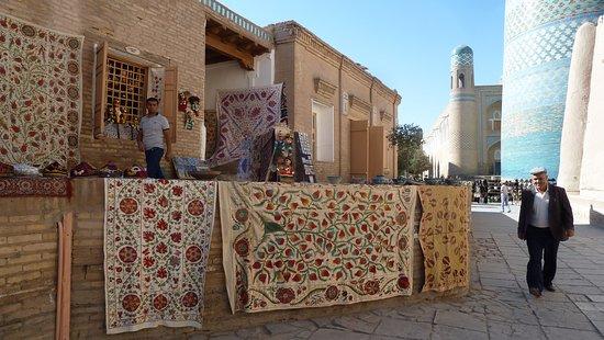 Khiva, อุซเบกิสถาน: Venditore di tappeti