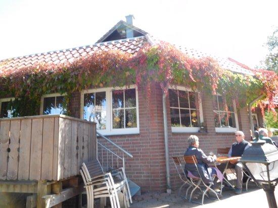Barsinghausen, เยอรมนี: Blick auf die fast umlaufende Holz-Veranda mit Sitzmöglichkeiten