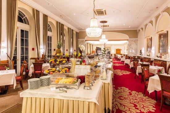 Hotel Stefanie: Frühstücksbuffet im Festsaal
