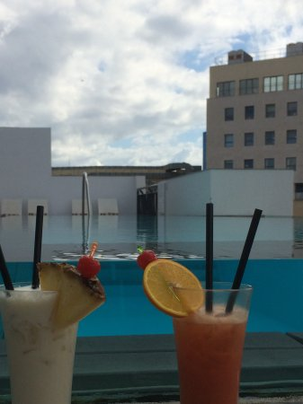 Hotel Valentina: Cocktails by the pool