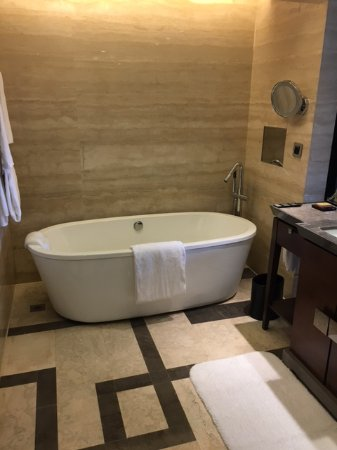 Hilton Beijing Wangfujing: A room with two beds with only one sink. What's with that? We had to take turns.