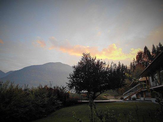 Dellach, Austria: Abendlicher Blick aus dem Alpinstudio im Untergeschoss Richtung Terrasse