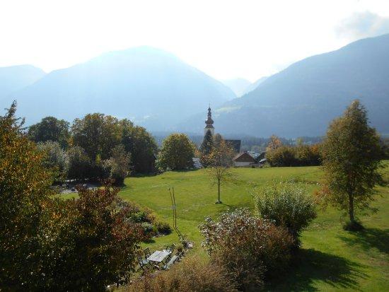 Dellach, Austria: Morgendlicher Blick von der Terrasse über die Kirche hinweg in die Berge