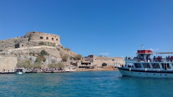 Boat Day Trips Spinalonga: Waiting for jetty space