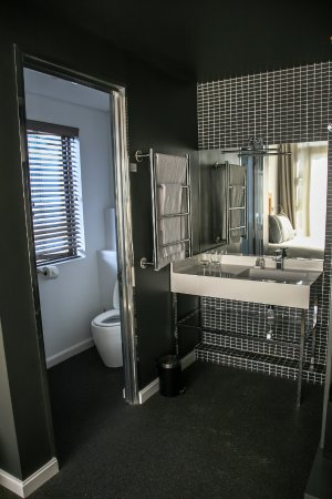 Head South Lodge: Deluxe Room Bathroom