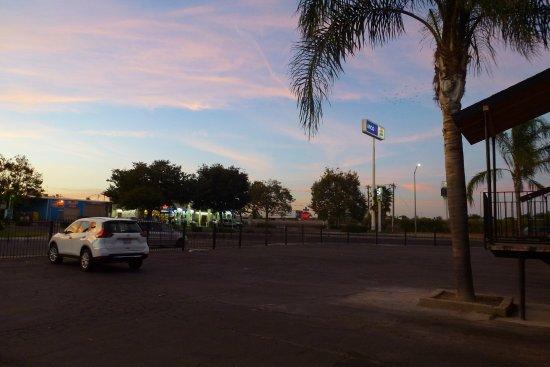 Merced, CA: Autoroute à 60m de la chambre