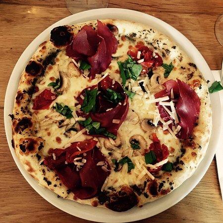 La spécialité de la maison : La Pizza d'Anita à la crème de truffes, bresaola, tomates confite m