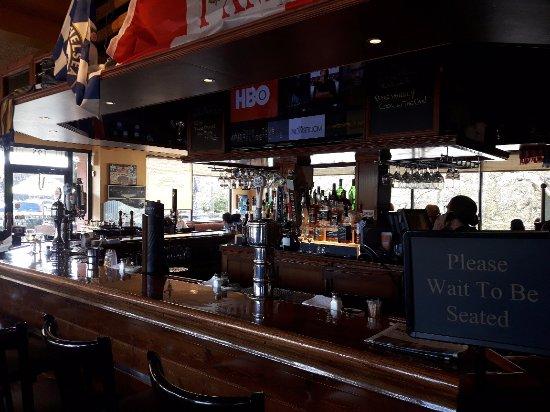 Beaver and Bulldog Sports Pub and Wingery: Bar