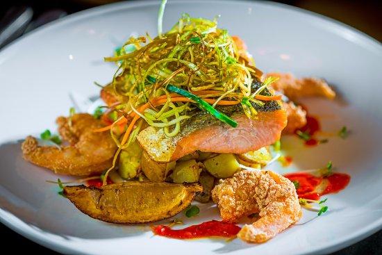 Shannon, Irland: Gastro Pub Salmon with Tempura Prawns