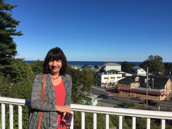 2 Village Square Inn Ogunquit: My wife on the deck overlooking the town center