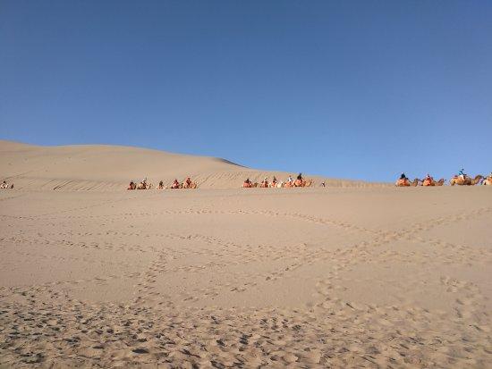 Dunhuang, الصين: camel riding