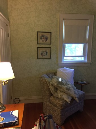 Canning, Kanada: side window looks out to parking area; door to bathroom