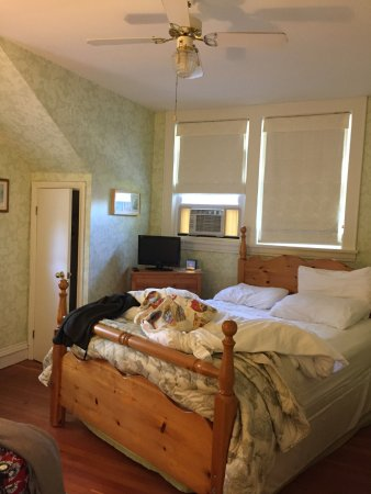 Canning, Kanada: windows out to main street; extra blankets in closet; comfortable queen bed