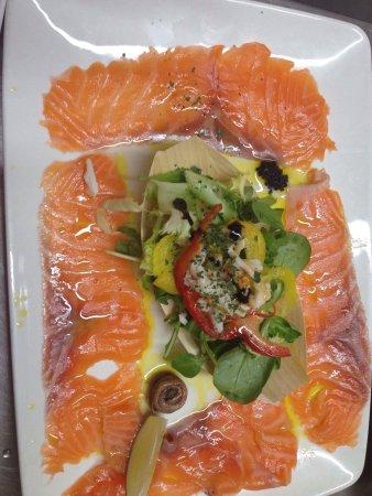 Souillac, Francia: Petite entrée au saumon délicieuse