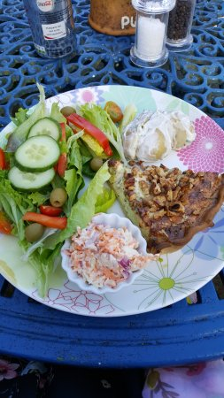 Bruton, UK: Scrumptious Walnut & Stilton Quiche