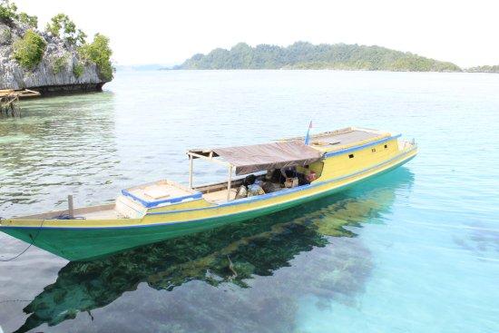 Central Sulawesi, Indonesia: kapal kayu yang dapat di gunakan sebagai transportasi menuju pulau Sombori