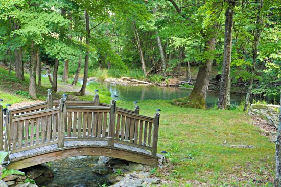 Claverack, Estado de Nueva York: Quaint bridge leading to the main green hole on the property