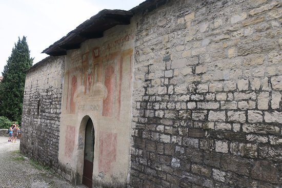 Ossuccio, Italy: Old frescos remain inside and out.