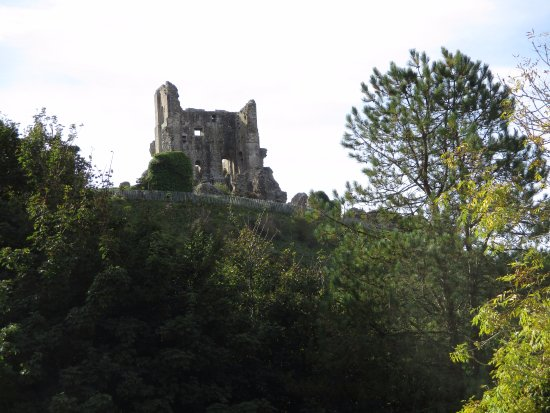 Corfe Castle, UK: view of castle from car-park
