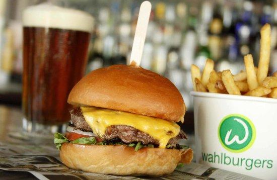 Port Jefferson Station, نيويورك: wahlburgers_our_burger